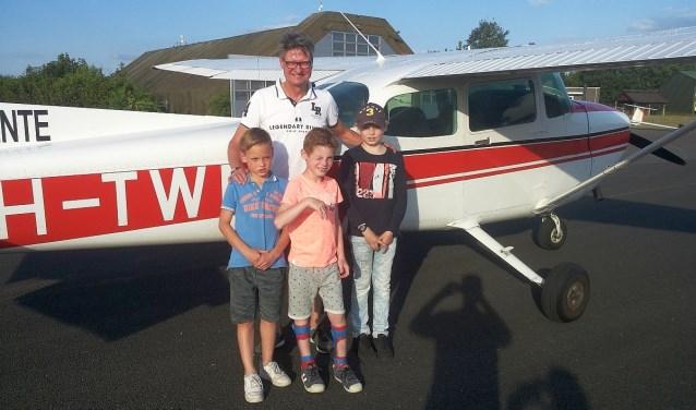 Gijs werd verrast met een rondvlucht in het vliegtuig van piloot Rob Rake. Hij kreeg gezelschap van Daan en Cas die ook meemochten. Ze hebben allemaal genoten van de vlucht.