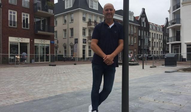Martijn Hagenbeek van FIJN trok samen met Martin Kalkhoven de kar voor het avondprogramma van de Jaarmarkt op het Thorbeckeplein. FOTO: Anke Steffers