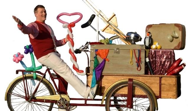Tijs trekt vrolijk met zijn bakfiets door het centrum van Didam. Ondertussen tovert hij de gekste fratsen uit zijn reiskoffers. (foto: PR)