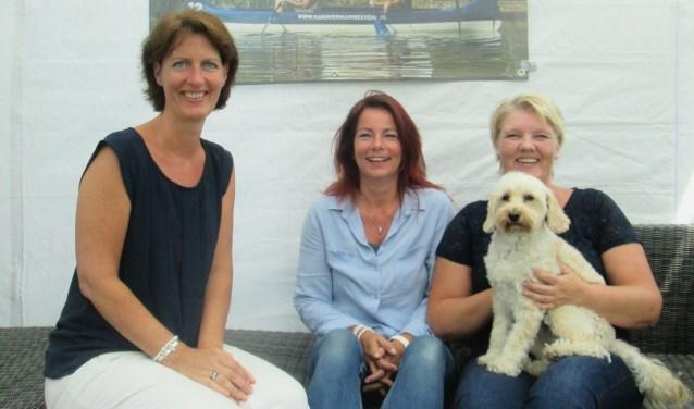 Karin, Desiree en Angeline zetten zich in om met Levina Janna mantelzorgers in het zonnetje te zetten. Foto: Wendy van Lijssel