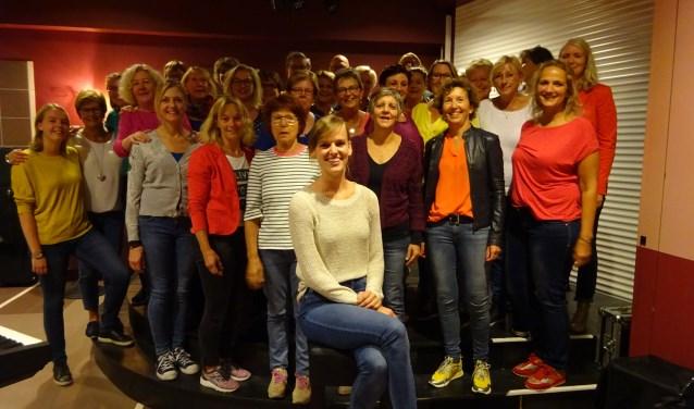 Popkoor0183 uit Gorinchem heeft sinds kort een nieuwe dirigent: de 26-jarige Susanne van Althuis (vooraan). (Foto: Eline Lohman)