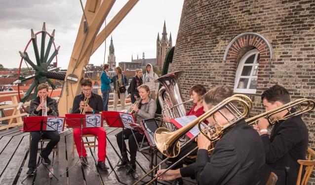 Delft Brass speelt op de omloop van Molen de Roos.
