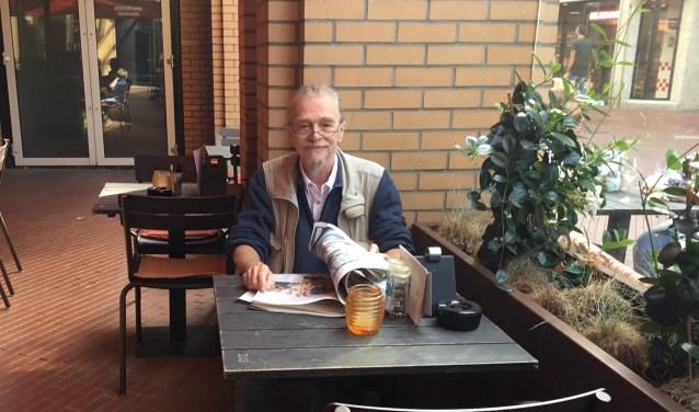 Mick van Son op het terras van Meneer Frits. (Foto DFP)