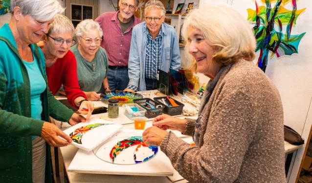 V.l.n.r.: Anne-Maria Waterreus, Monica Ligteringen, Margriet Pleiter, Jan Warnaar, Jan Sickmann en Ria Pastoor werken samen aan een 'taart'.