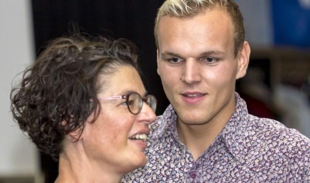 Dorien Willemse en Martin Slanican als danskoppel in de voorstelling Kijk naar Mij van Theatergroep UIT! (foto: Bas Bakema)