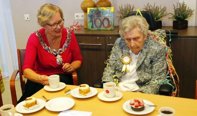 Christine Van Vroonhoven-Bakermans samen aan de koffie met gebak met burgemeester Letty Demmers. FOTO: Bert Jansen.
