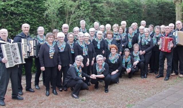 Het grootste gedeelte van het Zwijndrechts Smartlappenkoor. In totaal spelen er vijf accordeonisten mee.