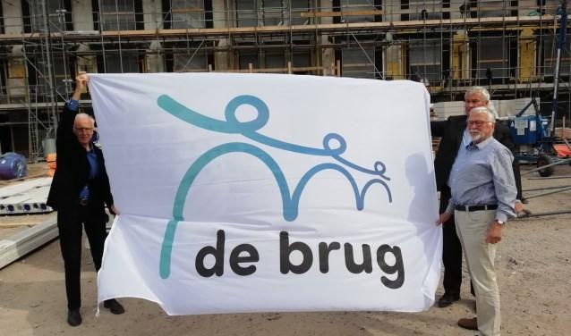 Op het voorterrein van het woningencomplex Beukenstein  van Zorginstelling De Brug, wordt het nieuwe logo van Zorginstelling De Brug onthuld. FOTO: redactie