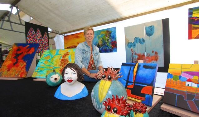 Wilma van Ewijk is met prachtige schilderijen present op de negende Kunstmarkt in Huissen. (foto: Kirsten den Boef)