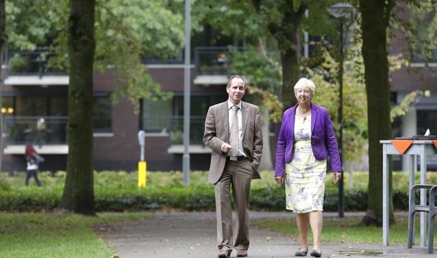 Burgemeester Ederveen en raadslid Marie-Therese Maas wandelend op weg naar De Boei. Foto: Jurgen van Hoof