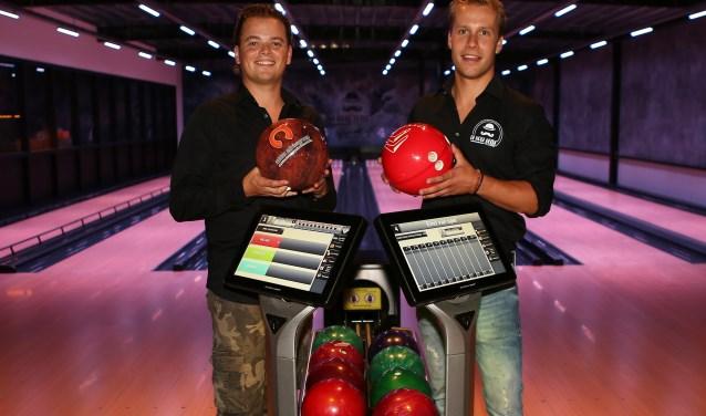 Eigenaar Peter de Ruijter (L) en Bedrijfsleider Bram Hulsen zijn bijzonder trots op de nieuwe bowlingbanen. Foto: Huub Hulsen