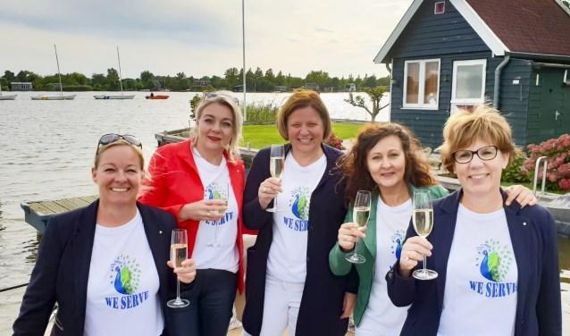 De dames van Lions Club Gouda Hera zijn geïnstalleerd en toosten op een mooie toekomst. Foto: PR