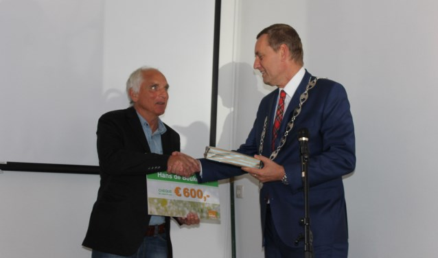 Auteur, uitgever en vormgever Hans de Beukelaer ontvangt uit handen van burgemeester Anton Stapelkamp de Erfgoedprijs 2018 uit handen van burgemeester Anton Stapelkamp
