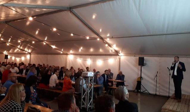 Jim Goedhart geeft een presentatie over de Zeeuwse arbeidsmarkt. FOTO: MARISKA DEN HARTOG