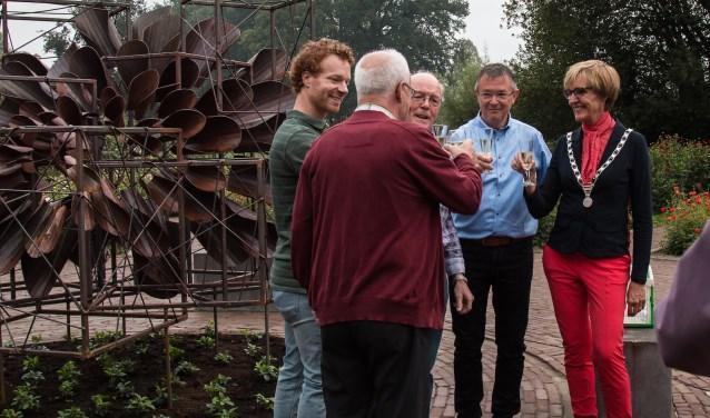 Rick Luttikhold, Willy Pierik, Benny ten Have, Herman ter Haar en burgemeester Annette Bronsvoort proosten op de onthulling van het kunstwerk Dahlia-Allemansbloem.