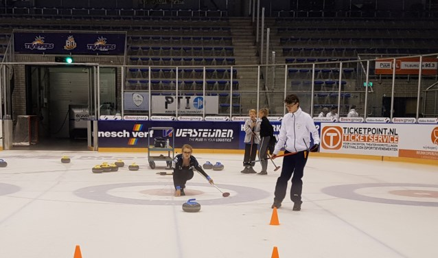Olaf Bolkenbaas geeft les aan Marieke Pruijt (17). Olaf maakt deel uit van het Nederlands jeugdteam, dat deelneemt aan E.K.'s en W.K.'s.