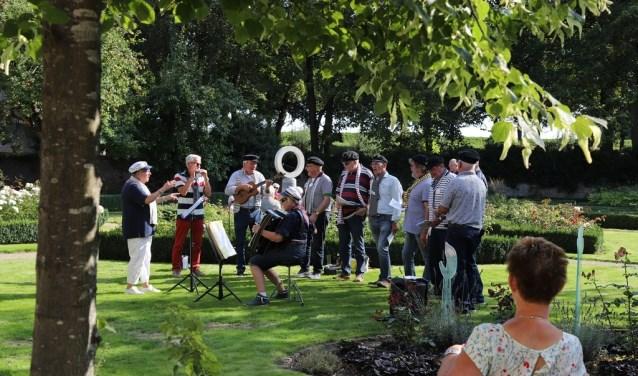 Zeemanskoor Deining speelde onder andere in de Gouverneurstuin. Foto: Bert Mouthaan