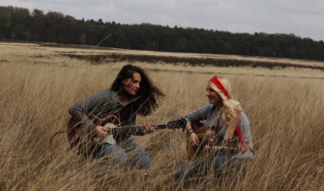 Muzikale medewerking is er van het duo 'AQUARIUM', uit Den Haag, bestaande uit Maartje Duivenvoorden en Anneroos Schoeman.