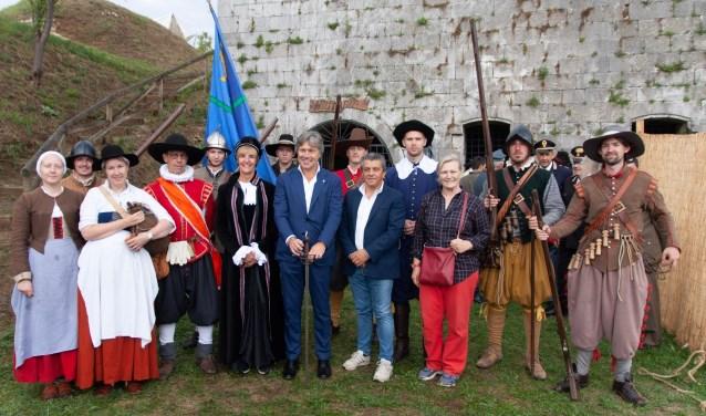 Burgemeester Bronsvoort (in zwarte kledij) en wethouder Porskamp (donkerblauw met hoed) met de bestuurders van Palmanova.