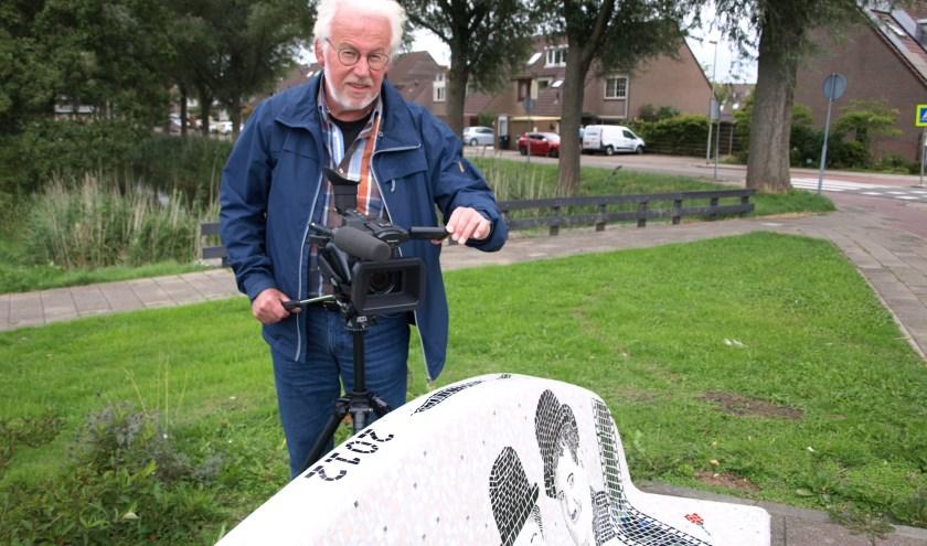 Filmer Jacques van Herten, bij de toepasselijke mozaïekbank in De Leyens aan de Filmlaan. Achter de camera om te filmen en achter de computer om te monteren is hij in zijn element. Foto: Simone Langeveld
