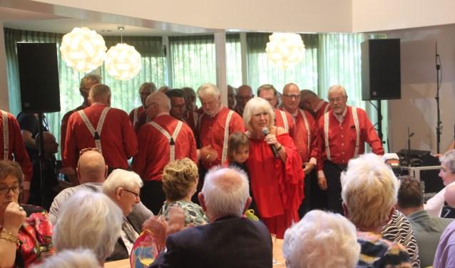Willeke Alberti zong aan het eind van haar optreden nog enkele nummers met de Oostvaarders en dat gaf een extra glans aan de feestvreugde