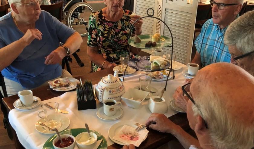 Ouderen aan de High Tea