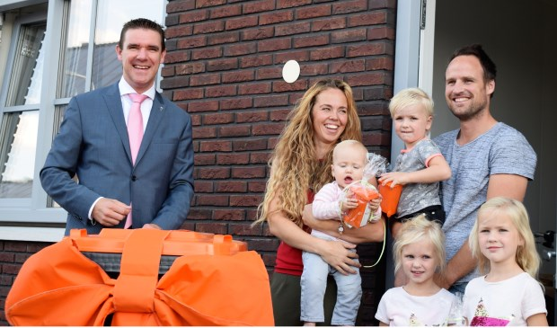 De familie Cooiman nam enthousiast de eerste verpakkingscontainer in ontvangst, ze zijn zich zeer bewust van het goed scheiden van afval en willen daar graag aan bijdragen