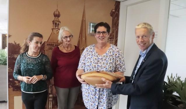 Jos van Zutphen van Stichting Samen Verder verraste de directie van het Elisabeth-hof. (Foto: Theo van Dam)
