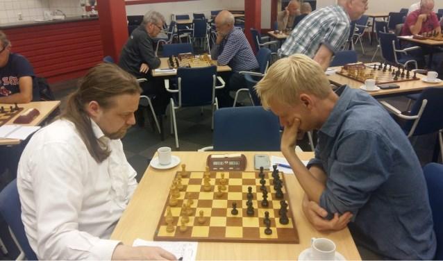 Martijn Bakker (rechts) kon weer niet winnen van angstgegner Hotze Tette Hofstra.
