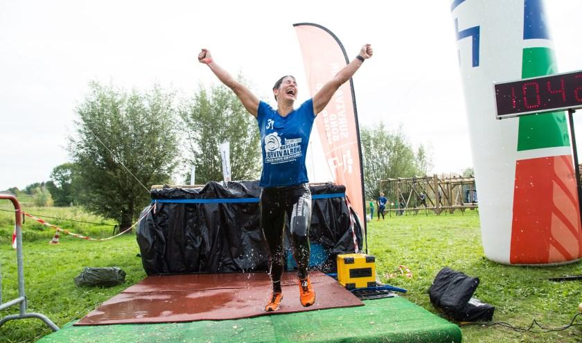 Bianca Rougoor gaat juichend over de finish. (foto: Simon in 't Veld)