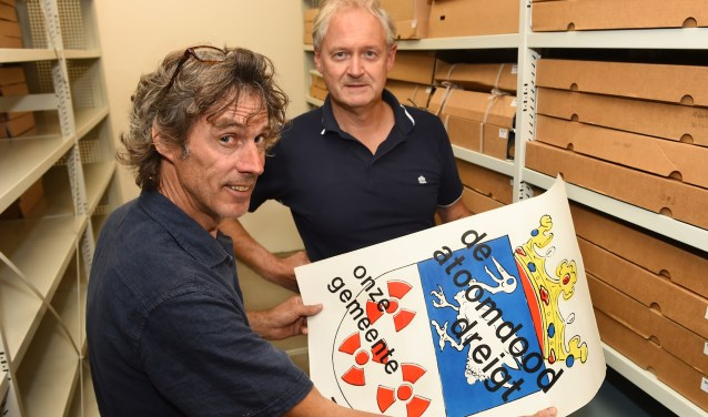 Toon Elfrink en Peter Bresser met het protestaffiche. (foto: Roel Kleinpenning)