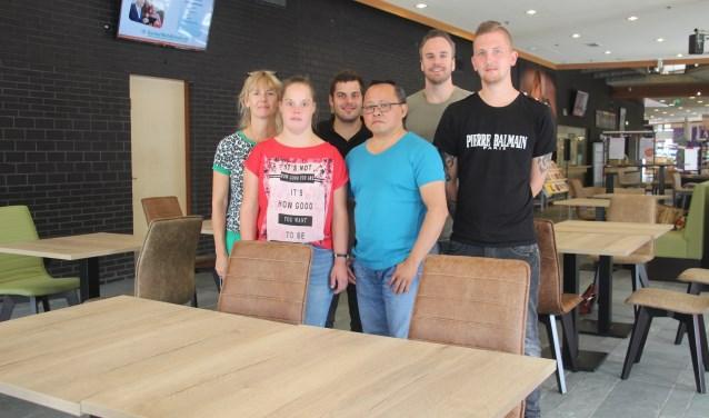 Elles, Anne, Jeffrey, Carlo, Tim en Wesley zijn er klaar voor en heten iedereen onder het motto 'Feijn, Lunchen en Lezen', van harte welkom