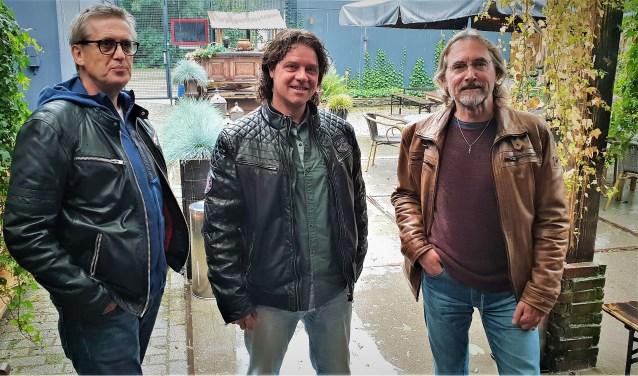 Jako Kruidenier, Mart Velthuizen en Ton Jenner sloegen de handen ineen bij de productie van het nummer 'Tussen snelweg en de zee' Peter Aerts kon helaas niet aanwezig zijn bij het maken van de foto.
