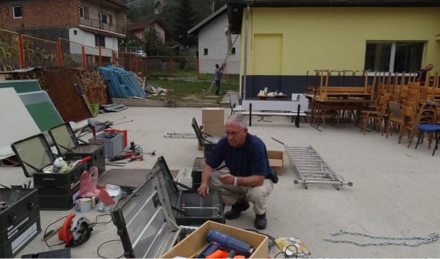 De Almeloër Gerrit Kok aan het werk tijdens één van zijn eerdere missies naar Bosnië