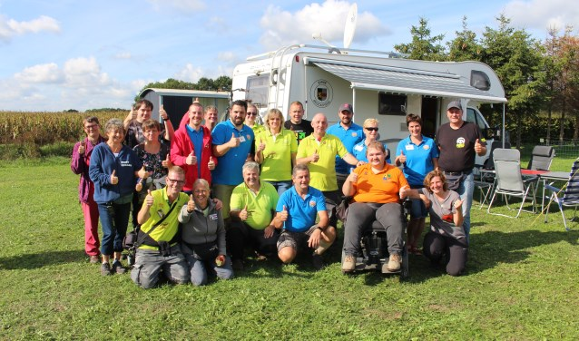 De leden van Birre's Camper Friends met een gedeelte van de organisatie van het Grenslandevent.
