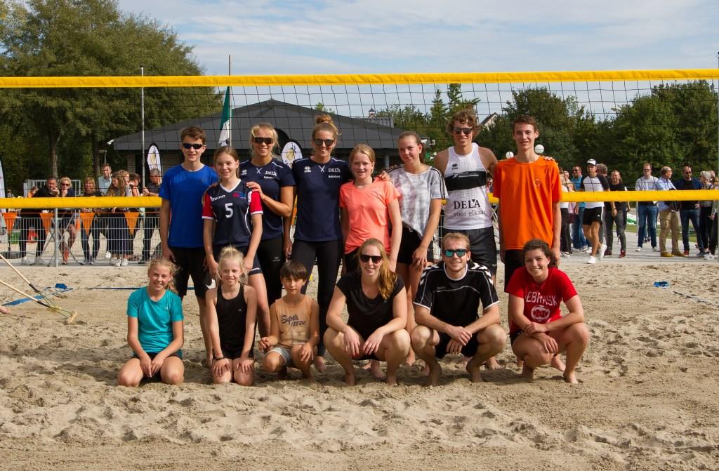Professionele speelsters en jeugd van Livo wijdden samen het beachcenter. Tussen de clinics en wedstrijdjes door poseerden ze voor de camera van onze fotograaf René Nijhuis.