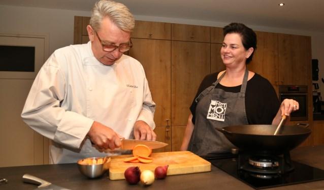 Martien Bos leert kinderen koken. (foto: Marco van den Broek)