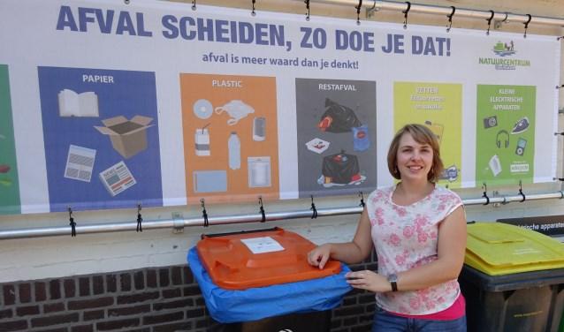 Duurzaamheid is een belangrijk thema, volgens Silvia Blom, die bij de milieustraat op het terrein staat. (Foto: Eline Lohman)