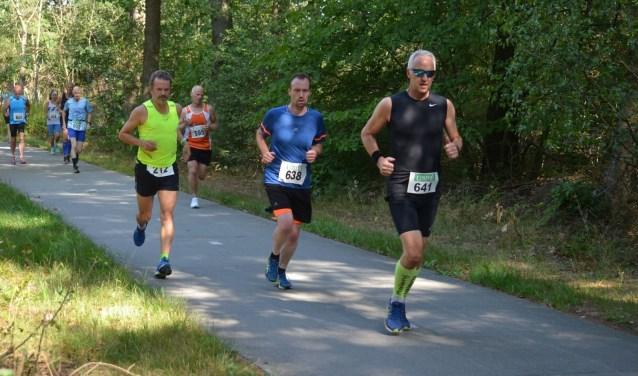 Erik Zoet (met nummer 638) tijdens de Hoeve aan den wegloop in Drenthe. Voor hem Gert Brussee.