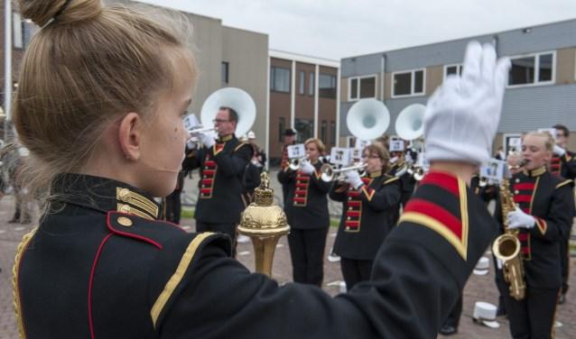 De muzikanten van St. Sebastianus uit Gendt oefenen nog snel een keer voor de Streetparade in Bemmel. (foto: Ellen Koelewijn)