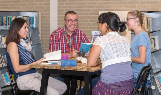 John begeleidt een vast groepje van drie vrouwen afkomstig uit verschillende landen.