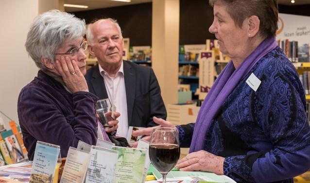 De Boxmeerse dichteres Mientje Wever (r) in gesprek met Jos Verbeeten (oud-burgemeester Sint Anthonis) en zijn vrouw Erica tijdens de Avond van de Regioschrijver op 31 maart 2017 in Cuijk. (foto: BiblioPlus)