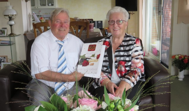 """Het echtpaar Arie en Lies Schuurman-Vogelaar vierden hun 60-jarige huwelijksjubileum. Arie en Lies: """"We zijn nog steeds volop verliefd, hoor"""" FOTO: John Beringen"""