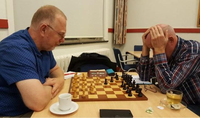 Hans Gillet (rechts) in diep gepeins tegen Teunis Bunt. (foto: Rinus van der Molen)