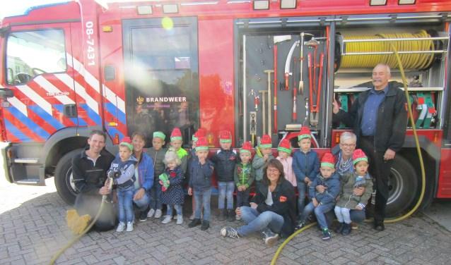 Peuters voor de brandweerwagen