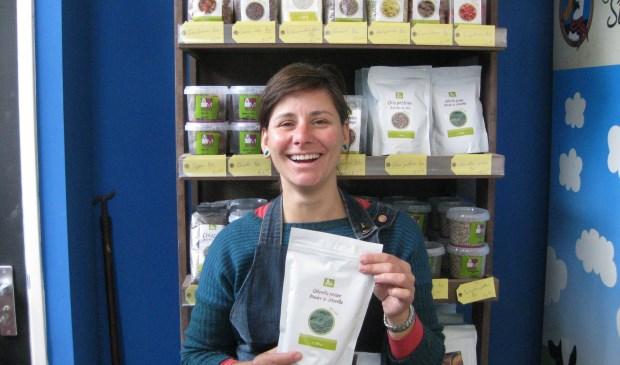 Tamara Strijbos toont een product.