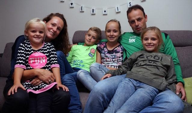 Michel Kuijpers met vrouw Marloes en hun kinderen Evi, Sten, Maud en Tess. (Foto: Tom Oosthout)