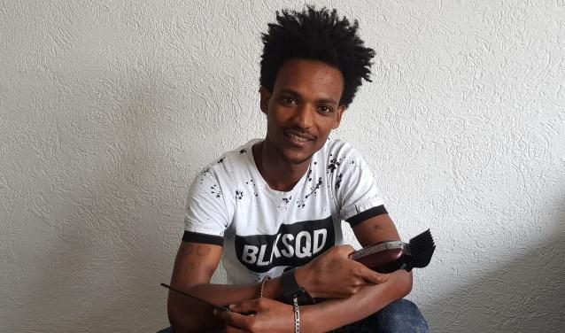 Semere Kefela heeft de tondeuse in de aanslag, hij wil dolgraag aan de slag als kapper. (foto: Kees Stap)