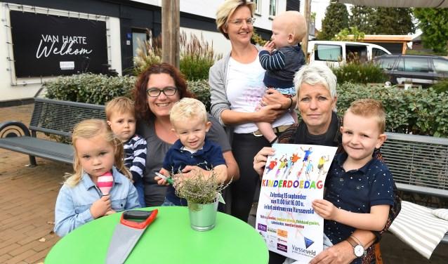 Vlnr: Bionda Mulder en gastkinderen van Bionda's Hummelhonk, Linda Mol en Angeline ten Have. (foto: Roel Kleinpenning)