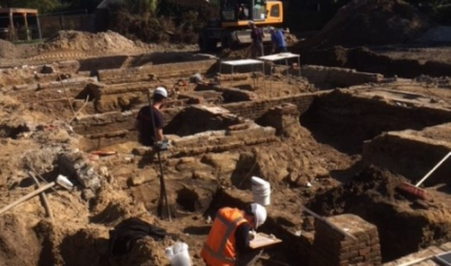 Muurfunderingen van de oude Groote Hoeve tijdens de opgraving door Archol.